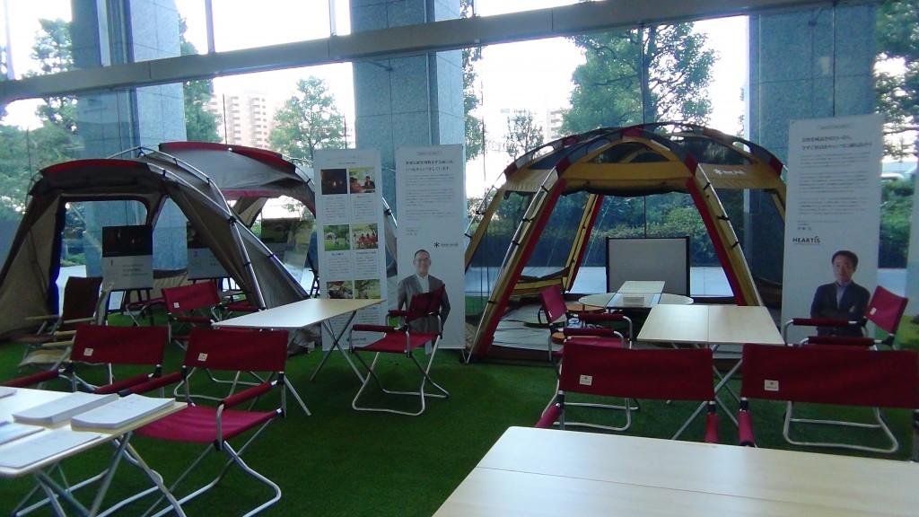 日本マイクロソフト社本社品川オフィス1階に展示されているアウトドアオフィスの様子。展示は2016年11月末まで