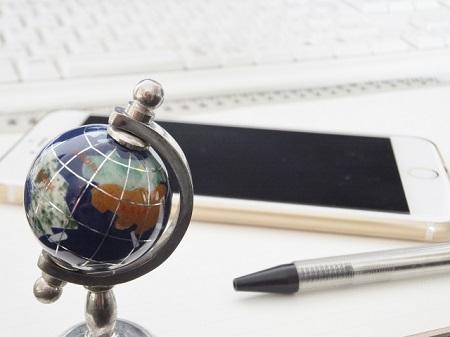 キーボードとスマートフォン、地球儀