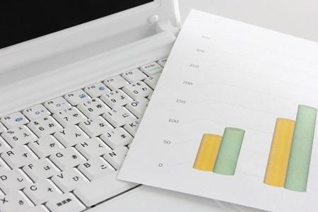 パソコンと書類イメージ